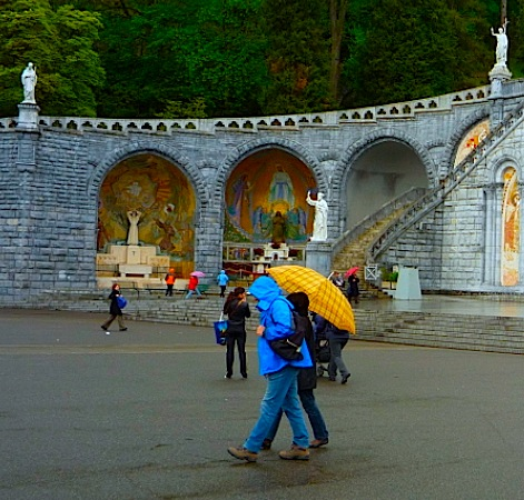 chatting couple at Lourdes 2